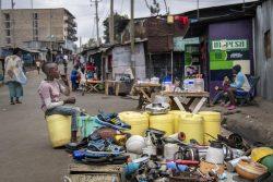 ナイロビにある仮設住居の路上で、モノを売る男の子。(ケニア、2020年7月撮影)