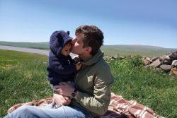 2歳の息子のアレグちゃんと一日中遊ぶ父親。(アルメニア、2020年9月撮影)