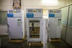 ウッタル・プラデーシュ州の病院にあるユニセフが支援した冷蔵庫にワクチンを保管する様子。(インド、2021年5月20日撮影)