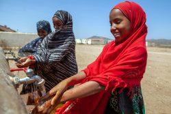 ユニセフの支援でHaddi避難民キャンプ設置された手洗い場で、手を洗う子どもたち。(ソマリア、2021年2月撮影)