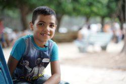 ユニセフの子どもにやさしい空間で、心のケアのアクティビティに参加する8歳のケビンくん。(2020年9月撮影)