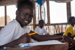 休校中に行われたユニセフのワークショップに参加する15歳のマーガレットさん。(南スーダン、2021年3月撮影)
