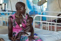 栄養不良、下痢、発熱、嘔吐の症状があり入院していたが、治療のおかげで回復しつつある生後7カ月の赤ちゃん。(南スーダン、2021年5月撮影)