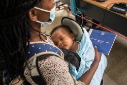 生まれたばかりの赤ちゃんの出生登録手続きをする母親。(サントメ・プリンシペ、2020年12月撮影)