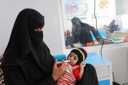 イッブ県にある栄養治療センターで、母親から治療食を食べさせてもらう生後7カ月のウェダッドちゃん。(イエメン、2021年5月撮影)