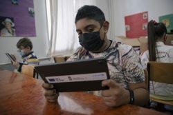 弱い立場にある子どもたちのための教育プロジェクトの支援を受け、タブレット端末を使って授業を受ける子どもたち。(セルビア、2021年5月撮影)