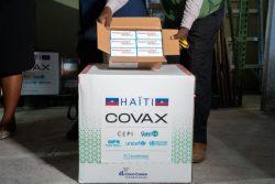 首都ポルトープランスに届いた50万回分のCOVID-19ワクチン。(2021年7月14日撮影)
