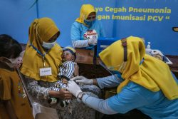 東ジャワ州で、小児用肺炎球菌ワクチン(PCV)を受ける赤ちゃん。(インドネシア、2021年6月撮影)