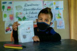 ボリバル州にあるユニセフが支援する保護センターで、アートセラピーに参加する6歳のホセくん。(ベネズエラ、2020年7月撮影)