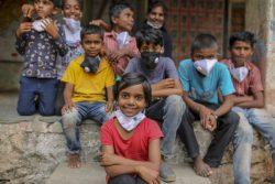 マハラシュトラ州の小学校にいる子どもたち。ユニセフは子どもが家族と引き離されないようにするため家族との強化、施設や里親などの支援をしている。(インド、2020年10月撮影)