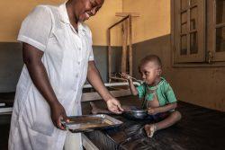 栄養不良で入院し、治療用ミルクを口にする3歳の子ども。(2021年1月撮影)