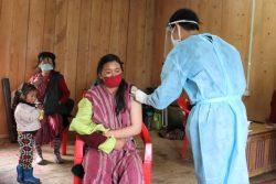 東部タシガン県にある遠隔地のコミュニティセンターで、COVID-19の2回目の予防接種を受ける女性。(2021年7月20日撮影)