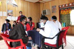 東部タシガン県にあるMerag村では、接種前に全住民の健康状態を診察し、予防接種登録システムに登録から予防接種を受けている。(2021年7月20日撮影)