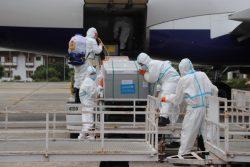 パロ国際空港に届いたCOVID-19ワクチンを受け取るスタッフ。ユニセフは輸送の支援を行っている。(2021年7月13日撮影)