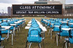 ユニセフは、空の机が並ぶ教室のインスタレーション「パンデミック教室」(Pandemic Classroom)の公開を通じて、学校の再開の重要性を訴えた。(米国、2021年3月撮影)