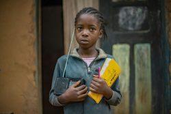 クウィル州に住むネルビ―さんは、学校が休校になってもラジオを通して勉強を続けることができ、学習意欲が高まった。学校が再開された後もリスニングクラブに通っている。(コンゴ民主共和国、2021年5月撮影)