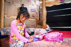アルタベラパス県(Alta Verapaz)の自宅で勉強する11歳のマリアさん。2020年に学習が中断されたが、ユニセフの支援と先生の家庭訪問のおかげで再び教育を受けることができた。(グアテマラ、2021年2月撮影)