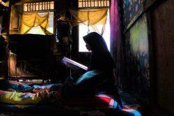 南スラウェシ州の自宅で読書をする15歳のマーラさん(仮名)。休校によりオンライン学習に切り替わった中、男性より結婚の申し込みがあったが、勉強を続けるために断った。(インドネシア、2021年4月撮影)