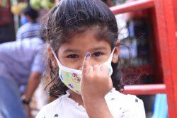 首都カトマンズのカランキにある予防接種センターで、MR(はしか・ 風疹混合)ワクチンを受け、小指の爪に印をつけてもらった女の子。(ネパール、2020年7月撮影)