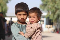アフガニスタン南部カンダハール州の国内避難民キャンプで暮らす5歳のモハマドくん(左)と2歳のサイエドくん兄弟。(2021年8月5日撮影)