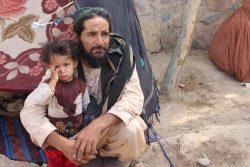 悪化する暴力から逃れるために故郷を離れ、国内避難民キャンプに滞在する1歳のアスマちゃんと父親。(2021年8月5日撮影)
