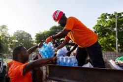 支援物資を運ぶユニセフのパートナー団体とボランティアの人たち。(2021年8月16日撮影)