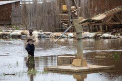 浸水した井戸のまわりを歩く子ども。洪水の被害により、この地域では1年で5万人以上が国内避難民になった。(ブルンジ、2021年3月撮影)