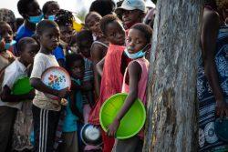 サイクロンの被害を受け、食料の配給を待つ子どもたち。(モザンビーク、2021年1月撮影)