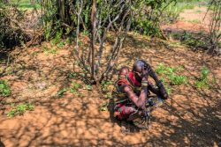 道端でトウモロコシや果物を売る女性。アフリカで4番目に大きいトゥルカナ湖が干上がりつつあり、30万人以上の人々の生活が危機に瀕している。(ケニア、2020年8月撮影)