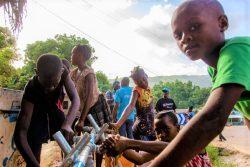 ユニセフが支援する給水所で、手を洗う子どもたち。(2021年8月18日撮影)