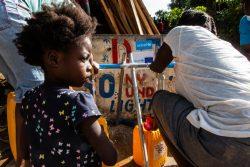 ユニセフが支援する給水所で、水を汲む7歳のファラさん。(2021年8月18日撮影)