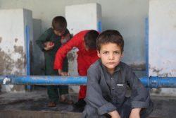 カブール南部にある高校に避難している男の子。(2021年8月14日撮影)