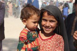 カンダハールの国内避難民キャンプに滞在する7歳のアリファさんと2歳のサファちゃん。(2021年8月5日撮影)