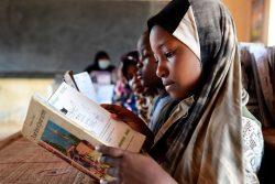 首都ニアメの学校で授業に参加する7歳のラヒマさん。(ニジェール、2021年4月撮影)