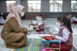 バンドンの小学校の授業で、先生に質問する7歳のナイラさん。(インドネシア、2020年10月撮影)