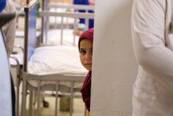 栄養不良の治療病棟がある小児科病院にいる子ども。ユニセフの支援で予防接種が行われている。(2021年8月24日撮影)