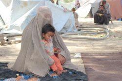 紛争により故郷から逃れ、カンダハールの国内避難民キャンプに滞在する1歳のグルちゃんと母親。(2021年8月5日撮影)