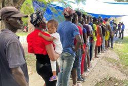 南西部のレカイ(Les Cayes)で、ユニセフ支援物資の衛生キットを受け取るため、列に並ぶ人たち。(2021年9月1日撮影)