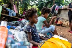 Marcelineにある仮設住居でご飯を食べる7歳のファラさん。(2021年8月18日撮影)