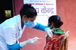 ネパール極西部のダルチュラ郡にある保健所で、COVAXを通じて調達された新型コロナワクチンの接種が行われている。(2021年8月4日撮影)