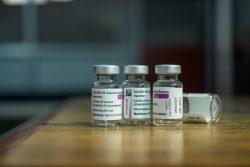 ネパールのカトマンズにある予防接種センターで、高齢者にアストラゼネカ社製のワクチンが接種された後のワクチンの空き瓶(2021年8月9日撮影)