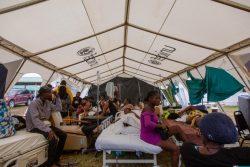 レカイ(Les Cayes)にある病院の中庭に設置されたユニセフのテントの中で、治療を待つ人たち。(2021年8月17日撮影)