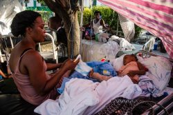地震により足を負傷し、治療を待つ1歳の女の子。(2021年8月15日撮影)