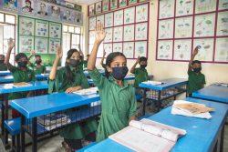 マスクを着用し、授業に参加する子どもたち。(バングラデシュ、2021年9月12日撮影)