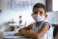 北東部リオグランデ・ド・ノルテで、再開初日の学校に登校した男の子。(ブラジル、2021年3月撮影)