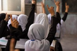 授業を受ける女の子たち。(2021年9月5日撮影)