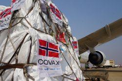 COVAXを通じてノルウェーから届いた12万4,500回分のアストラゼネカ製COVID-19ワクチン。(ザンビア、2021年9月17日撮影)
