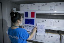 COVAXを通じてフランスとイタリアから届いたCOVID-19ワクチンを確認するユニセフのスタッフ。(ベトナム、2021年9月14日撮影)