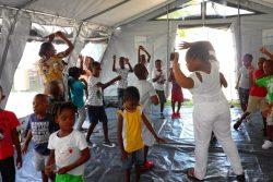 ユニセフの子どもにやさしい空間で、レクリエーションに参加し心理社会的支援を受ける子どもたち。(2021年9月15日撮影)