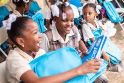 バック・トゥ・スクール(学校に戻ろう)キャンペーンで、ユニセフのスクールバッグと学習教材を受け取る子どもたち。(2021年10月4日撮影)